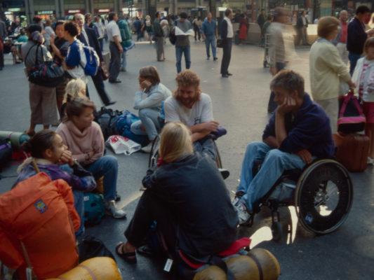 [1990] Paris: Hebbe og Leif i rullestol på jernbanestasjon prater med andre Interrailere.