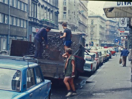 [1990] Budapest - Kull leveres for fyring. Lastebil med kull. Tre karer med kurver fyller og bærer kull.