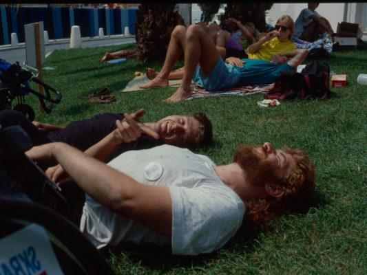 [1990] Nice: Hebbe og Leif ligger og slapper av på gresset, begge ler.