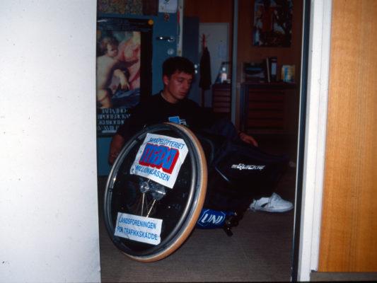 [1990] Leif sittende på gulvet på vei inn til kontor i FN-bygningen. Rullestolen var for bred for døråpningen og det ene hjulet måtte av for å komme gjennom..